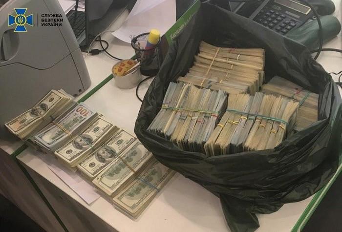 Также было обнаружено более 1,1 млн долларов США.